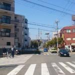 5-2つ目信号、正面左のマンション2階、右側は郵便局